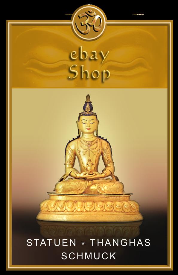 Buddhafigur vor hellem Hintergrund